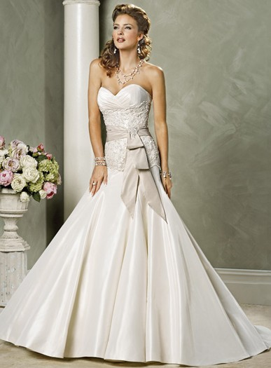 http://fiveblondes.com/wp-content/uploads/2008/11/maggie-sottero-wedding-dress-whitney.jpg